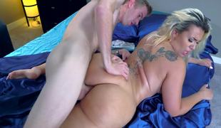 A chunky botheration comme ci involving tattoos on her back is getting fucked on bed